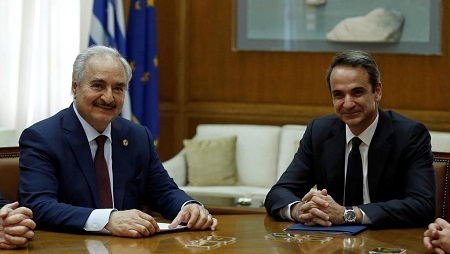 Le maréchal Haftar venu de Libye avec le Premier ministre grec, Kyriakos Mitsotakis, à Athènes, le 17 janvier 2020. © REUTERS/Costas Baltas