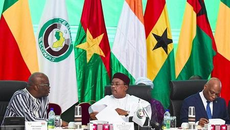 Le président burkinabè Roch Marc Christian Kaboré (G) parle avec le président nigérien Mahamadou Issoufou lors du sommet de la Cédéao à Ouagadougou, le 14 septembre 2019. (image d'illustration) © ISSOUF SANOGO / AFP