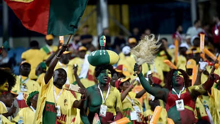 Les supporteurs du Bénin célèbre la qualification historique de leur équipe en huitièmes de finale de la CAN après le match nul face au Cameroun au stade d'Ismailia en Égypte, le 2 juillet 2019. © OZAN KOSE / AFP
