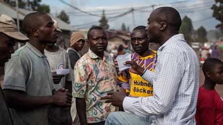 Un membre de la Lucha distribue des tracts à Goma, en RDC. (Photo d'illustration) © AFP PHOTO / FEDERICO SCOPPA