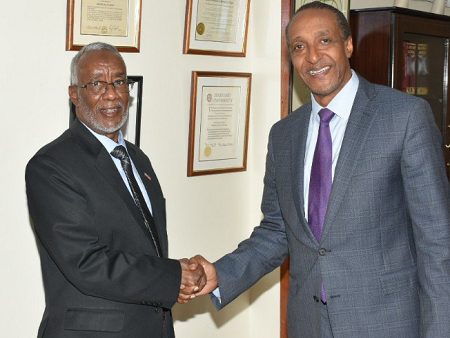 Yasin Hagi Mohamed, chef de la diplomatie du Somaliland , salut  Macharia Kamau, le SG du ministère kényan des Affaires étrangères