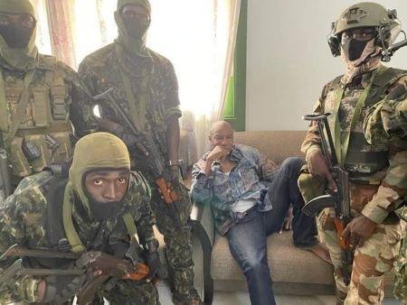 """Alpha Condé, entouré des militaires des Forces spéciales qui ont procédé à son """"arrestation"""", dimanche 5 septembre 2021. Photo: RSA"""