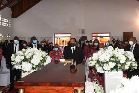 Le président Paul Biya assiste à la levée de corps de sa grande soeur, Mme Veuve Bidjang née Régine Ngonda, 12 novembre à l'hôpital général de Yaounde.
