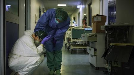 Une infirmière réconforte l'une de ses collègues, le 13 mars 2020, à l'hôpital de Crémone, au sud-est de Milan en Lombardie (image d'illustration).© Paolo MIRANDA Source: AFP