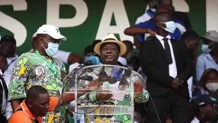 L'ancien président Henri Konan Bédié à la tribune du rassemblement de l'opposition, le 10 octobre à Abidjan. REUTERS/Macline Hien