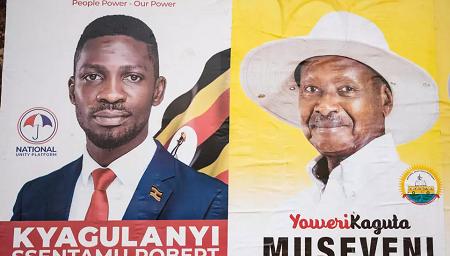 Affiches électorales des candidats Bobi Wine et Yoweri Museveni à Kampala, le 4 janvier 2021. © SUMY SADURNI/AFP