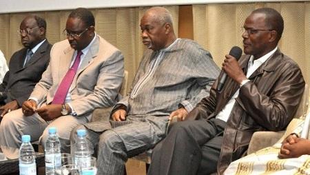 Réunion de leaders de l'opposition sénégalaise: Moustapha Niasse (g.), Macky sall (2e g.), Amath Dansokho (2e dr.) et Ousmane Tanore Dieng (dr.), le 10 mars 2012 à Dakar. © AFP/Seyllou