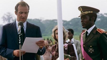 L'ancien roi d'Espagne Juan Carlos accueilli à l'aéroport de Malabo par Teodoro Obiang, en 1979. © Getty Images/Cover/Gianni Ferrari