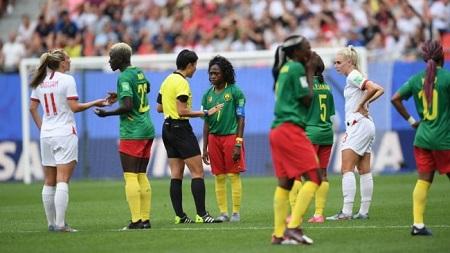 Des Camerounaises furieuses, en larmes, qui refusent de reprendre le match avant de s'y résigner