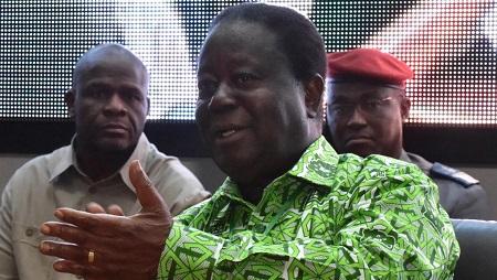 """À Abidjan, les propos controversés d'Henri Konan Bédié mercredi 5 juin, qui avait déclaré que l'orpaillage était le fait d'étrangers armés, n'en finissent plus de susciter des réactions. Le président du PDCI Henri Konan Bédié déclarait le 5 juin que l'orpaillage était le fait d'étrangers armés et depuis, sa sortie n'en finit plus de susciter des réactions. « Le moment venu, nous agirons pour empêcher ce hold-up sur la Côte d'Ivoire sous couvert de l'orpaillage », avait-il ajouté. « Il faut que nous réagissions pour que les Ivoiriens ne soient pas étrangers chez eux. Car actuellement, on fait en sorte que l'Ivoirien soit étranger chez lui », avait aussi déclaré l'ancien chef de l'État.  Après la condamnation du gouvernement samedi, le PDCI s'est justifié lundi, disant vouloir poser des problèmes sur la table. « Partout dans le monde, les acteurs politiques se soucient des flux migratoires et de la politique vis-à-vis des étrangers », a plaidé Jean Louis Billon, accusant le gouvernement « d'instrumentaliser faussement le spectre de la haine de l'étranger ».  Le ressurgissement des questions identitaires  Mais en Côte d'Ivoire, ces thèmes identitaires sont explosifs. La question de savoir qui est ou n'est pas Ivoirien a conduit le pays à la guerre entre 2002 et 2011. « Quand le président Bédié a engagé cette politique d'""""ivoirité"""", on a fait croire que c'était un concept culturel qui n'avait rien à voir avec la xénophobie. Et nous-mêmes, on y a cru ! Maintenant qu'il récidive, on se rend bien compte qu'on a fait un faux combat », expliquait ce mardi Kobenan Kouassi Adjoumani, ex-PDCI devenu porte-parole du RHDP.  Depuis l'arrivée au pouvoir d'Alassane Ouattara en 2011, l'échec d'une véritable réconciliation et la politique dite du « rattrapage », confiant les postes à responsabilités à des gens du Nord, ressurgissent aujourd'hui. Même si les questions identitaires avaient été oubliées lorsque que PDCI et RDR étaient alliés. « Dans 15 mois, nous allons à une présidentie"""