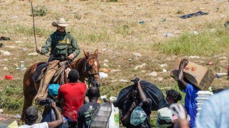 Les images controversées de gardes-frontières américains poursuivant des migrants haïtiens à cheval. Photo : ghetty