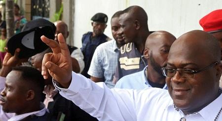 Félix Tshisekedi fait le signe de la victoire après avoir voté à Kinshasa le 30 décembre 2018. — © Kenny Katombe/Reuters