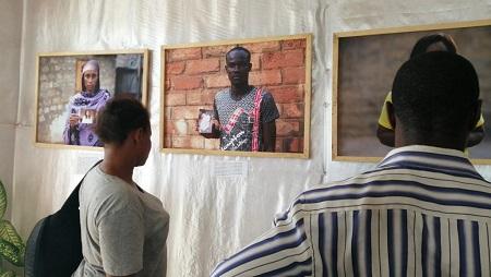 Des visiteurs regardent l'exposition de Pascale Serra au centre d'écoute des Flamboyants, à Bangui le 11 mai 2019. © C. Cosset/RFI