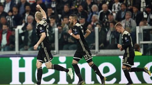 Donny van de Beek (g) célèbre son but face à la Juventus Turin, le 16 avril 2019. Isabella BONOTTO / AFP