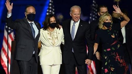 Joe Biden et Kamala Harris accompagnés de leurs conjoints respectifs le 7 novembre 2020. - Jim Watson