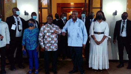 L'ancien président Laurent Gbagbo (d) reçu par l'ancien président Henri Konan Bédié (g) dans son fief de Daoukro, dans le centre de la Côte d'Ivoire, le 10 juillet 2021. © RFI/François Hume-Ferkatadji