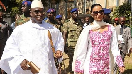 Yahya Jammeh et son épouse au sortir d'un bureau de vote le 24 novembre 2011 dans la capitale Banjul.
