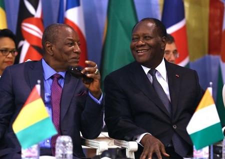 Le président guinéen Alpha Condé (G) et son homologue ivoirien Alassane Ouattara (D)