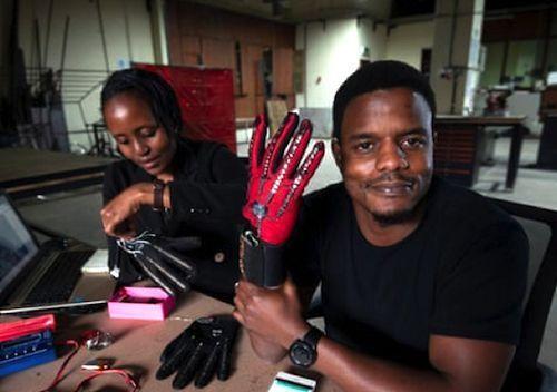 Roy Allela, un jeune inventeur kenyan vient de présenter des gants intelligents qui convertissent la langue des signes en message audio, en temps réel