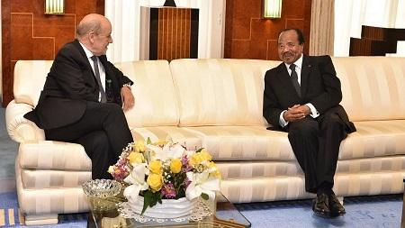 Jean-Yves Le Drian, chef de la diplomatie française et le président Paul Biya, à Etoudi