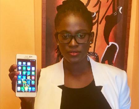 La guinéenne Fadima Diawara vit en Espagne et est la fondatrice de Kunfabo, une marque de smartphone low cost 100% Africain. Photo: yoemprendedora.es