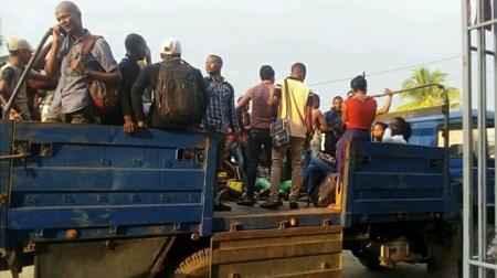 Des étudiants congolais dans un camion de police burundais. CECOB (L'ASSOCIATION DES ÉTUDIANTS CONGOLAIS)