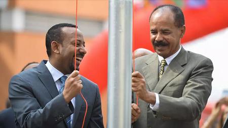 Le président érythréen Issaias Afewerki et le Premier ministre éthiopien Abiy Ahmed hissent le drapeau érythréen lors d'une cérémonie d'inauguration marquant la réouverture de l'ambassade d'Érythrée à Addis-Abeba, le 16 juillet 2018 (image d'illustration). MICHAEL TEWELDE / AFP