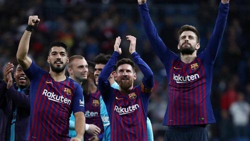 Les Barcelonais célèbrent leur deuxième victoire en trois jours sur la pelouse du Real Madrid. REUTERS/Sergio Perez