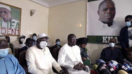 Ousmane Sonko, entouré de Maimouna Dieye et de l'ancien maire de Dakar Khalifa Sall, lors d'une réunion à Dakar, le 16 mars 2021  - SEYLLOU/AFP