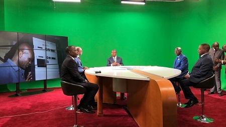 Le président Touadéra se plie à l'exercice du fond vert à l'occasion de l'inauguration des locaux rénovés de la télévision nationale, ce lundi 2 mars C. Cosset/RFI