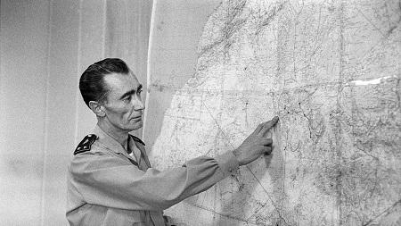 Un militaire français indique sur la carte, une zone dans la ville de Adrar , où se déroulèrent les essais nucléaires français