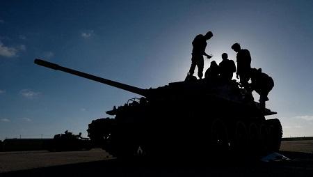 Des membres de l'Armée nationale libyenne dirigée par le maréchal Haftar, en direction de Tripoli, le 13 avril 2019. © REUTERS/Esam Omran Al-Fetori