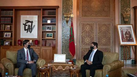 Le secrétaire d'État américain à la Défense Mark Esper avec le ministre des Affaires Étrangères marocain Nasser Bourita à Rabat, le 2 octobre 2020. AP Photo/Mosa'ab Elshamy
