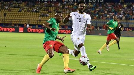 Le Camerounais Christian Bassogog à la lutte avec le Ghanéen Nuhu Kasim. RFI/Pierre-René Worms