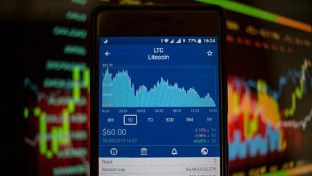 Sur cette illustration, un smartphone affiche la valeur marchande en Bourse du Litecoin, une monnaie électronique sous license libre. Guillaume Payen/SOPA Images/LightRocket via Getty Images
