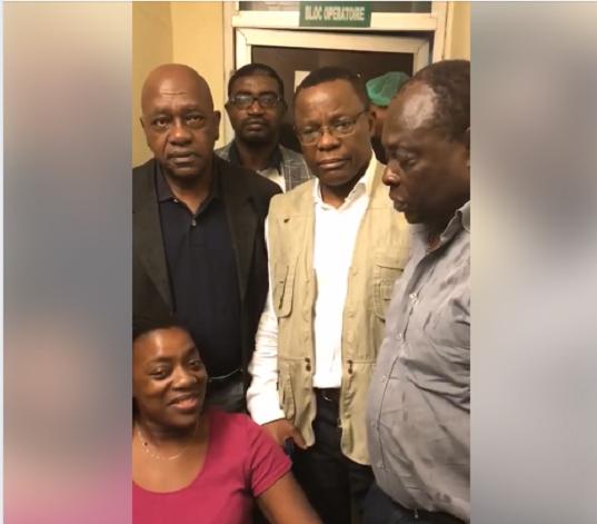 A l'hôpital général de Douala avec Maurice Kamto, Christian Penda Ekoka, Albert Ndzongang et d'autres membres de la coalition pour conforter et encourager Maître Ndoki - Photo:  capture vidéo A24M