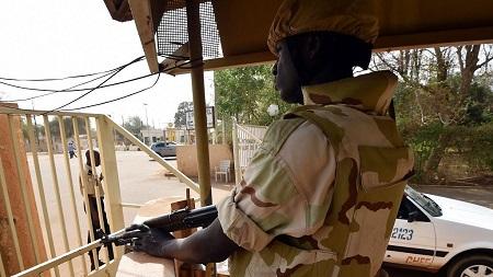 Un policier nigérien a été tué dimanche soir dans une nouvelle attaque jihadiste contre un poste de police dans la région de Tillabéri