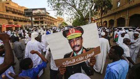 Rassemblement à Khartoum, le 31 mai 2019, en soutien au chef du Conseil militaire, le général Abdel Fattah al-Burhan avec le slogan «Al-Burhan, la confiance est là». © ASHRAF SHAZLY / AFP