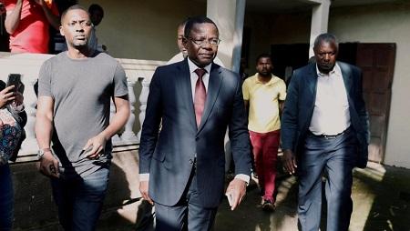 Maurice Kamto (c), alors candidat du parti MRC à la présidentielle avec son équipe après une conférence de presse au siège du parti à Yaoundé, le 8 octobre 2018. © REUTERS/Zohra Bensemra