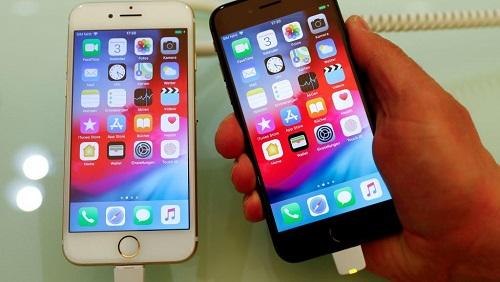 Des applications utilisant un code informatique permettent de capter l'activité de l'utilisateur pendant qu'il est en train de se servir de son téléphone. REUTERS/Fabrizio Bensch