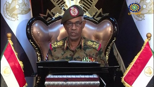 Le chef du Conseil militaire de transition, le général Ibn Auf, annonce sa démission à la télévision d'Etat Sudan TV et son remplacement par le général Abdel Fattah Abdelrahman Burhan, le 12 avril 2019. © Sudan TV / AFP
