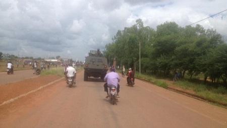 Un véhicule militaire sur une route burkinabè. (Image d'illustration) © RFI/Frédéric Garat