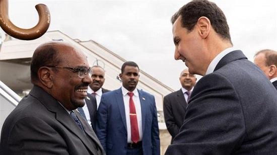Le président syrien Bachar al-Assad accueille son homologue soudanais Omar el-Béchir à l'aéroport international de Damas, dimanche 16 décembre 2018. ©AFP