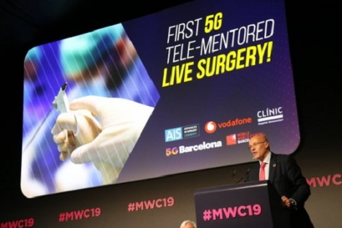Carlos Grau, PDG de Mobile World Capital, prend la parole lors de la conférence, avant la première intervention chirurgicale en direct avec télé-mentorat 5G, 27 février 2019 au MWC19