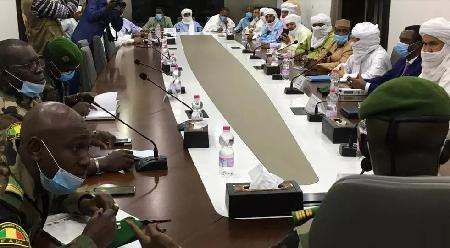 Des représentants du CNSP, la junte au pouvoir au Mali lors d'une réunion avec une délégation de la Cédéao, le 22 août (image d'illustration) ANNIE RISEMBERG / AFP