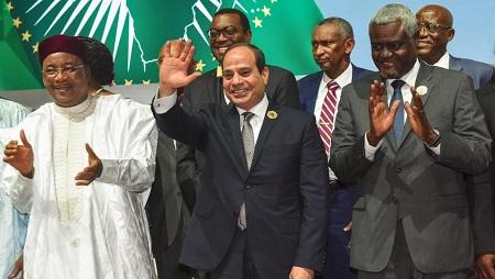 Le président en exercice de l'UA, Abdel Fattah al-Sissi (C), encadré du président nigérien Issoufou (G) et du président de la Comission de l'UA, Moussa Faki Mahamat (D). © ISSOUF SANOGO / AFP