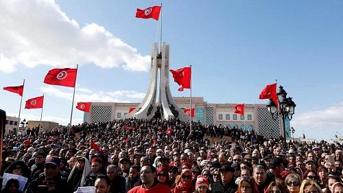 Des dizaines de milliers d'enseignants ont manifesté mercredi dans la capitale tunisienne, pour réclamer des primes et des améliorations des leurs conditions de travail