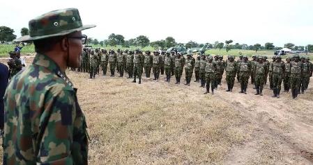 Le président nigérian Muhammadu Buhari devant des soldats lors de l'«Army Day», à Dansadau (image d'illustration)