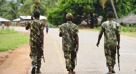 Des soldats de l'armée mozambicaine patrouillent dans les rues de Mocimboa da Praia à la suite d'une attaque d'islamistes présumés, le 7 mars 2018 (image d'illustration).© ADRIEN BARBIER Source: AFP