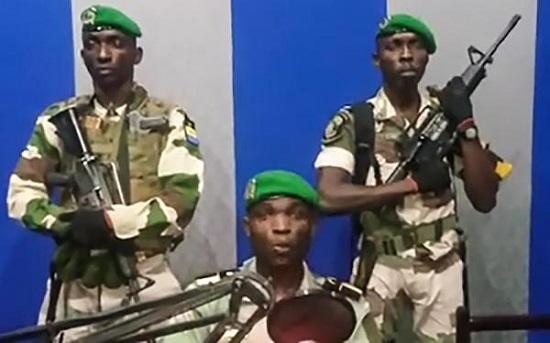 Image des militaires lors de la lecture de leur communiqué à la radio et télévision gabonaise, le 7 janvier 2019. © AFP / YOUTUBE